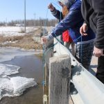 Project leader Mike Stainton demonstrates water sampling for Brokenhead students